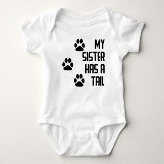 Meine Schwester hat einen Schwanz Baby Strampler