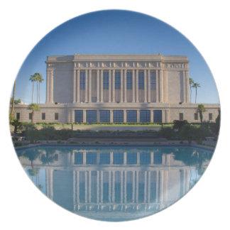 MESA-Tempel, der in einem blauen Pool sich Melaminteller