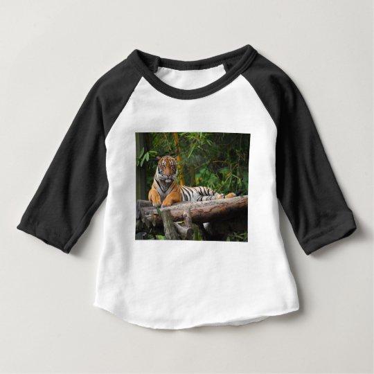 Mietmalaysischer Tiger, der auf Klotz Lounging ist Baby T-shirt