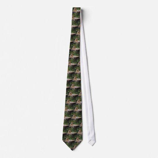 Mietmalaysischer Tiger, der auf Klotz Lounging ist Bedruckte Krawatten