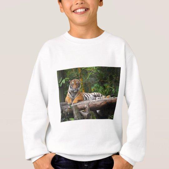 Mietmalaysischer Tiger, der auf Klotz Lounging ist Sweatshirt