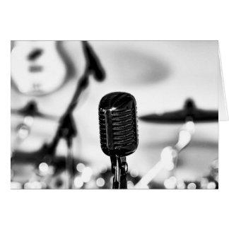 Mikrofon-Führungs-Sänger-Sänger erhalten wohle Karte