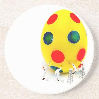Miniaturfigürchen, die gelbes Osterei malen Getränkeuntersetzer