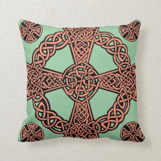 Minzengrün-Pfirsichknoten des keltischen Kreuzes Kissen