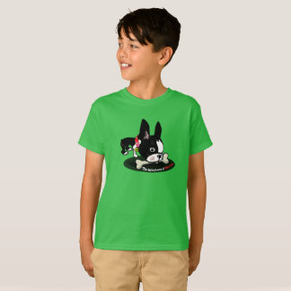 Mirabelle der Boston-Terrier geben einem Hund T-Shirt