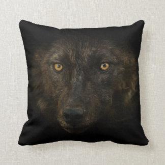 Mitternacht-Anstarren - schwarze Wolf-wildes Kissen