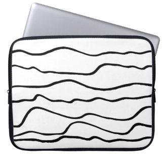 Moderne gewellte Schwarzweiss-Linien Neopren Laptopschutzhülle