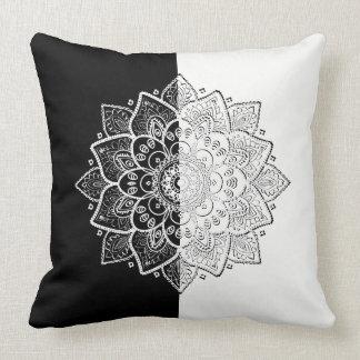 Moderner schwarzer u. weißer geometrischer zierkissen