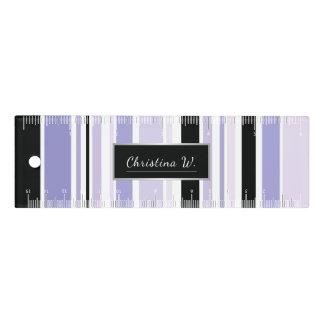 Modernes Schwarzes und Fliedern Striped mit Namen Lineal