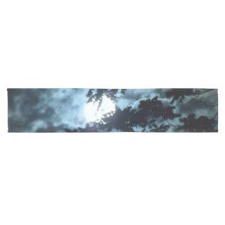 Mond belichtet die Nacht hinter Baumasten Kurzer Tischläufer