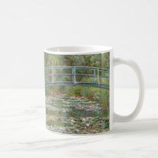 Monet Kunst-Brücke über einem Teich der Kaffeetasse