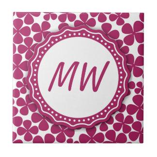 Monogramm-Retro Blumen-Muster Acai Rosa und Weiß Kleine Quadratische Fliese