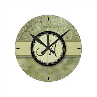 Moosgrün-Feder-Muster mit Monogramm Runde Wanduhr