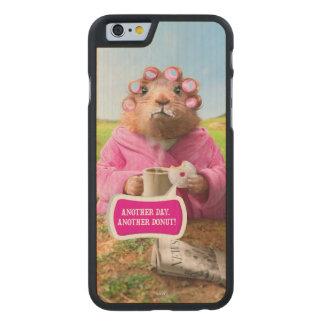 Morgen Groundhog mit Frühstücks-Krapfen und Kaffee Carved® iPhone 6 Hülle Ahorn