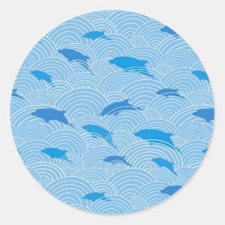 Motif espiègle de dolphines sticker rond