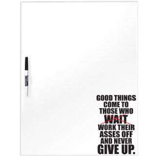 Motivierend - gute Sachen kommen zu denen, die Trockenlöschtafel