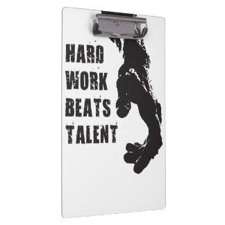 Motivierend Wörter - harte Arbeit schlägt Talent Klemmbrett