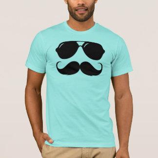 Moustache fraîche avec des nuances t-shirt