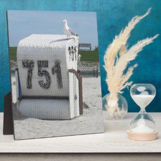Möwe auf dem Strandkorb an der Nordsee Fotoplatte