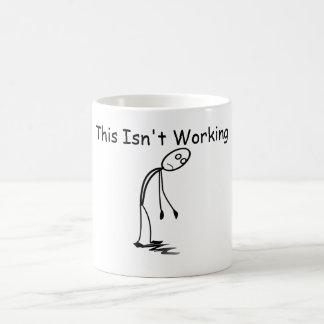 Müder herabhängender Typ dieses bearbeitet nicht Kaffeetasse