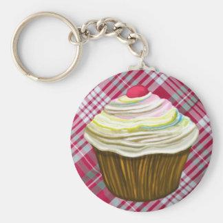 Muffin auf einer roten Gingham-Tischdecke - Schlüsselanhänger