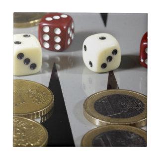 Münzen auf einem Backgammonbrett Keramikfliese