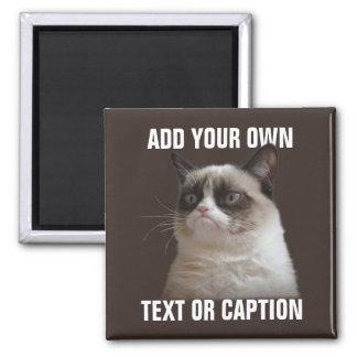 Mürrische Katze - addieren Sie Ihren eigenen Text Quadratischer Magnet