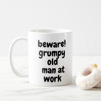 Mürrischer alter Mann bei der Arbeit Kaffeetasse