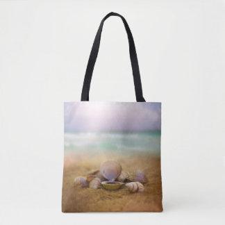 Muscheln auf dem Strand mit blauem Ozean wässern