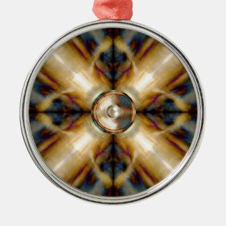 Musik-Lautsprecher auf einem Goldkreuzhintergrund Rundes Silberfarbenes Ornament