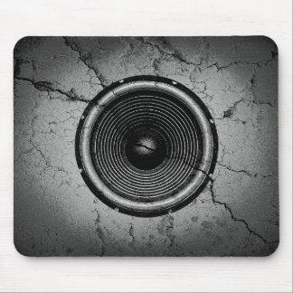Musik-Lautsprecher auf einer gebrochenen Wand Mousepad
