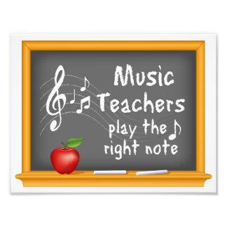 Musik-Lehrer spielen die rechte Anmerkung Kunstfoto