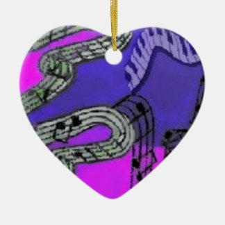 Musiknoten und glänzende Farben schaffen ein Keramik Herz-Ornament
