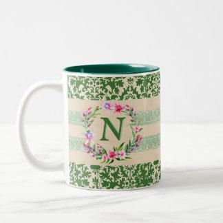 Mutig romantische Blumenmonogramm-Tasse (Grün) Zweifarbige Tasse