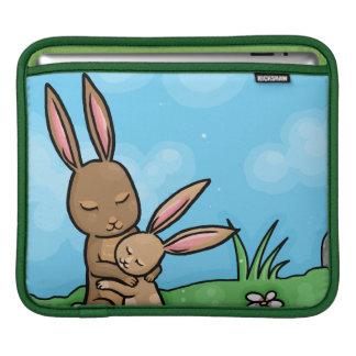 Mutter-Kaninchen und Baby-Häschenumarmung iPad Sleeves