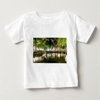 Nachtkanal in Amsterdam, die Niederlande Baby T-shirt