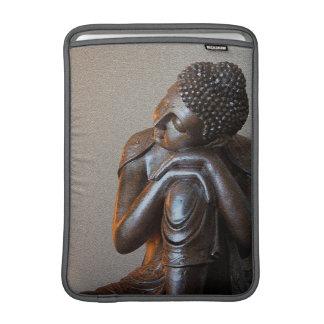 Nah oben von friedlichem silbernem Buddha MacBook Air Sleeve