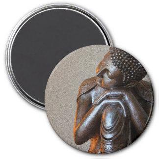 Nah oben von friedlichem silbernem Buddha Runder Magnet 7,6 Cm