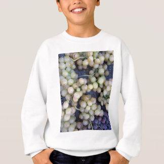 Nahaufnahme der reifen Trauben im Kasten Sweatshirt