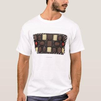 Nahaufnahme eines Kastens sortierter Schokoladen T-Shirt