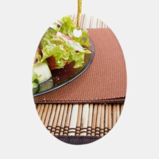 Nahaufnahmeansicht einer Platte mit frischem Salat Ovales Keramik Ornament
