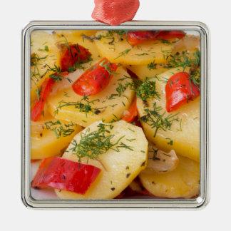 Nahaufnahmeansicht eines vegetarischen Tellers von Quadratisches Silberfarbenes Ornament