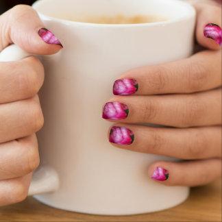 Nahaufnahmedruck der rosa Rose auf dem Nagel Art. Minx Nagelkunst