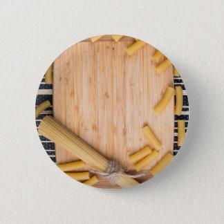 Nahrungsmittelhintergrund mit dünnen Spaghettis Runder Button 5,1 Cm
