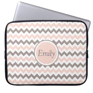 Name-weißes rosa graues Zickzack Laptop Sleeve