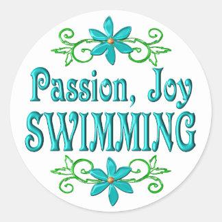 Natation de joie de passion adhésif rond