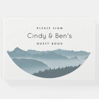 Nebelhafte Bergspitzen, die Gast-Buch Wedding sind Gästebuch