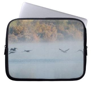 Nebelhafter See mit Gans-Laptop-Hülse Laptopschutzhülle