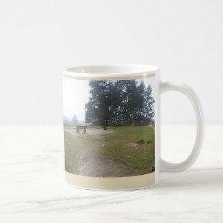 Nebelige Heide mit Bank-der panoramischen Kaffeetasse
