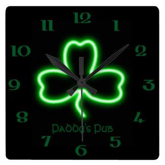 Neonzeichen irischen themed quadratische wanduhr